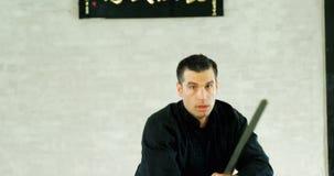 Combatiente del kung-fu que practica artes marciales con la espada 4k almacen de metraje de vídeo