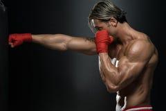 Combatiente del Muttahida Majlis-E-Amal que practica con el bolso del boxeo Imagenes de archivo