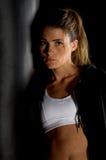 Combatiente en gimnasia oscura Fotografía de archivo
