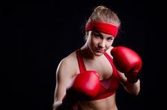 Combatiente femenino en guantes rojos Imagen de archivo