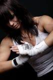 Combatiente femenino joven en fondo negro Fotos de archivo libres de regalías