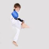 Combatiente kickboxing del muchacho joven aislado en blanco Imagen de archivo libre de regalías