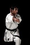 Combatiente masculino joven del karate del alto contraste en negro fotos de archivo