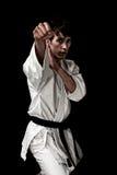 Combatiente masculino joven del karate del alto contraste en negro fotografía de archivo libre de regalías