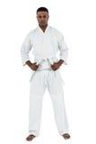 Combatiente que realiza postura del karate Imagenes de archivo