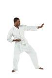 Combatiente que realiza postura del karate Foto de archivo