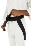 Combatiente que tensa la correa del karate Imagenes de archivo