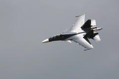 Combatiente supersónico militar, en el cielo gris imagenes de archivo