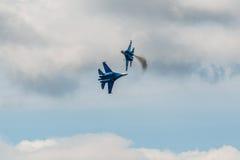Combatientes aeroacrobacias de Sukhoi Su-27 del equipo de los caballeros rusos en MAKS Airshow 2015 Imagen de archivo