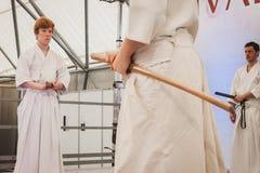 Combatientes de la espada de Katana en el festival de Oriente en Milán, Italia Foto de archivo libre de regalías