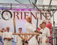 Combatientes de la espada de Katana en el festival de Oriente en Milán, Italia Imágenes de archivo libres de regalías