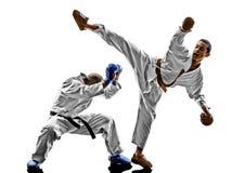 Combatientes del estudiante del adolescente de los hombres del karate que luchan protecciones Foto de archivo libre de regalías