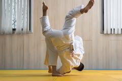 Combatientes del judo de la mujer y del hombre en pasillo de deporte Fotos de archivo libres de regalías