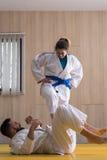 Combatientes del judo de la mujer y del hombre en pasillo de deporte Fotografía de archivo libre de regalías