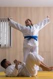 Combatientes del judo de la mujer y del hombre en pasillo de deporte Fotografía de archivo