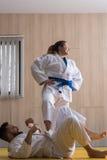 Combatientes del judo de la mujer y del hombre en pasillo de deporte Fotos de archivo