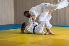 Combatientes del judo de la mujer y del hombre en pasillo de deporte Foto de archivo libre de regalías