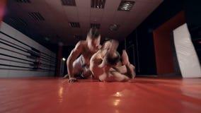 Combatientes del Muttahida Majlis-E-Amal en el entrenamiento del gimnasio almacen de video