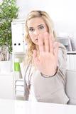 Combats de femme - harcèlement sexuel dans le lieu de travail. Jeune homme d'affaires Image stock
