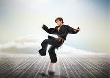 Combattant beau d'arts martiaux au-dessus des conseils en bois Photographie stock libre de droits