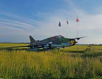 Combattant d'avions militaires à un aérodrome herbeux Hautes technologies de l'industrie militaire Romance de la spécialité milit Image stock