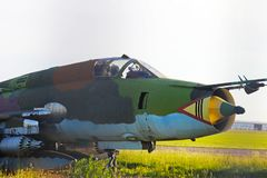 Combattant d'avions militaires à un aérodrome herbeux Hautes technologies de l'industrie militaire Romance de la spécialité milit Images libres de droits
