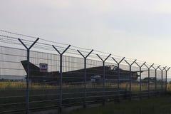 Combattant d'avions militaires à un aérodrome herbeux Hautes technologies de l'industrie militaire Romance de la spécialité milit Photographie stock libre de droits