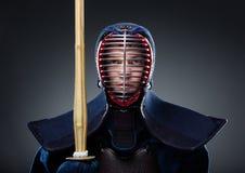 Combattant de Kendo avec le shinai Images stock