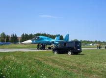 Combattant militaire russe puissant sur la piste de l'aérodrome photos stock