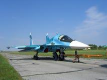 Combattant militaire russe puissant sur la piste de l'aérodrome image stock
