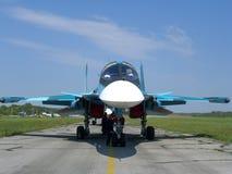 Combattant militaire russe puissant sur la piste de l'aérodrome images stock