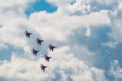 Combattants acrobatiques aériens de l'équipe MiG-29 de Strizhi à MAKS Airshow 2015 Photo libre de droits