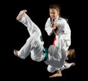 Combattants d'arts martiaux d'enfants photographie stock libre de droits