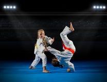 Combattants d'arts martiaux de filles image stock