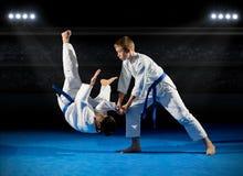 Combattants d'arts martiaux de garçons images stock