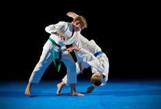 Combattants d'arts martiaux de garçons image libre de droits