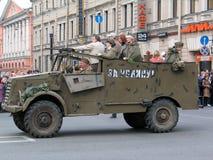 Combattants dans la vieille voiture à un défilé militaire Photos stock