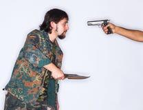 Combattendo con il pugnale e la pistola Immagine Stock