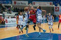 Combattendo sotto il cerchio di pallacanestro Immagine Stock