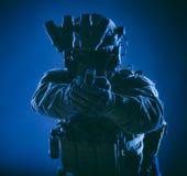 Combattente del commando che tende la pistola di servizio in camera immagini stock libere da diritti