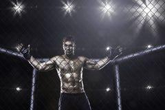 Combattente nell'arena della gabbia del Muttahida Majlis-E-Amal fotografia stock