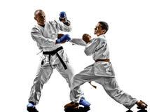 Combattenti dello studente dell'adolescente degli uomini di karatè che combattono le protezioni Immagine Stock