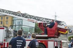 Combattenti di fuoco che equipaggiano gru Fotografie Stock Libere da Diritti