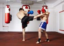 Combattenti di Kickbox che combattono nella palestra Immagine Stock