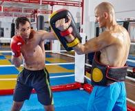 Combattenti di Kickbox che si preparano nell'anello Fotografia Stock