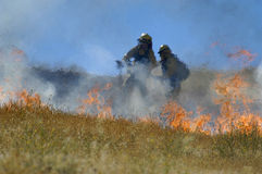 Combattenti e fiamme di fuoco fotografia stock