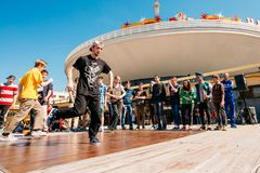 Combatti i gruppi della gioventù di ballo al festival della città dentro Fotografia Stock