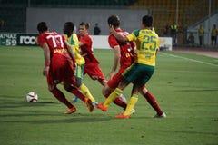 Combatti per la palla nella partita kuban - la Premier League del Russo di rubin Fotografie Stock Libere da Diritti