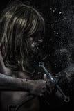 Combatti, soldato medievale con la spada d'acciaio enorme Fotografia Stock