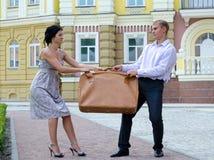 Combattimento alla moda delle coppie sopra i bagagli Fotografie Stock